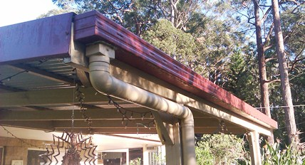 Roofed wooden pergola gutter system